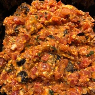 Bruschetta van tomaat, olijven, knoflook, kaas